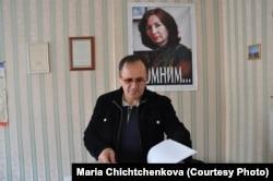 Оюб Титиев в грозненском офисе «Мемориала» в 2011 году. На стене – портрет Натальи Эстемировой. Фото: Мария Чищенкова.