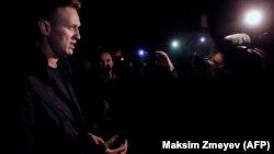 Алексей Навальный 29-сентябрда кармалып, кайра бошотулгандан кийин журналисттер менен тарапкерлерине сүйлөп жатат.