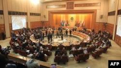 Arap Ligasynyň daşary işler ministrleri ýekşenbe güni Kairde duşuşyp, Siriýadaky ýagdaýlar bilen bagly täze parahatçylyk planyny işläp düzdüler. Kair, 22-nji ýanwar, 2012.