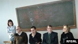 Утыралар: Надир Дәүләт, Кәрим Камал, Илдар Низамов, Нәзифә Кәримова (сулдан уңга)