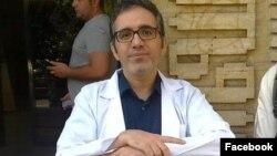 قاسم اکسیریفرد، استاد فیزیک دانشگاه خواجهنصیر که میگوید بخاطر آهنگ صدایش از کار برکنار شده
