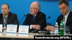 Міжнародні експерти IFES Гевін Вайзе, Пол Гарріс та Стів Кенгем