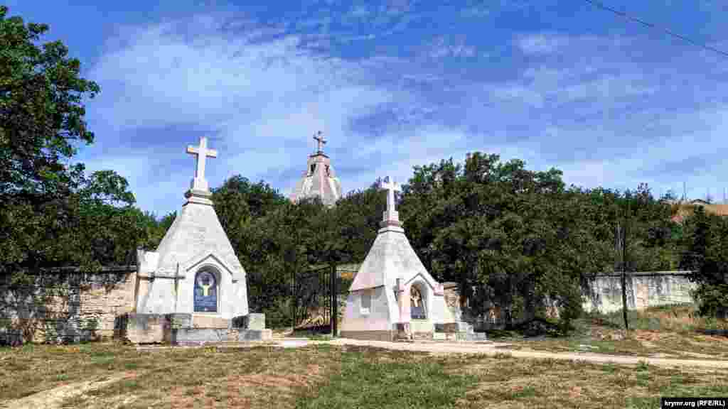 Східний вхід на Братське кладовище. Огорожа виконана з кримбальского каменю