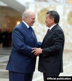 Сооронбай Жээнбеков и Александр Лукашенко на саммите ОДКБ в Минске. 30 ноября 2017 года.