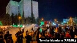 8 ноября против митингующих у здания ЦИК были применены водометы