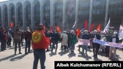 «Биримдик» партиясынын лидери Марат Аманкуловдун эгемендикке байланыштуу сөздөрүнө каршы митинг. Бишкек, Кыргызстан. 27-сентябрь, 2020-жыл.
