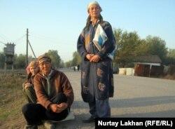 Женщины-оралманки ждут поденную работу. Талгарский район Алматинской области, 17 октября 2011 года.