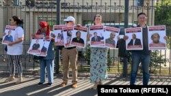 Участники акции у здания представительства ООН в Казахстане выступают с требованием освобождения политических заключенных. Нур-Султан, 7 августа 2019 года.