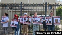 Участники акции у здания ООН, требующие освободить людей, осуждённых по политическим мотивам. Нур-Султан, 7 августа 2019 года.
