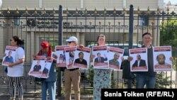 Участники акции у здания представительства ООН с портретами людей, которых правозащитники относят к политзаключенным. 7 августа 2019 года.