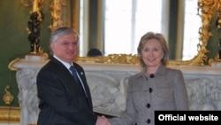 Встреча Эдварда Налбандяна и Хиллари Клинтон в Лондоне, 28 января 2010г. Фото: МИД Армении