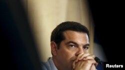 الکسیس سیپراس در پی پذیرش سومین بسته نجات مالی برای یونان، هدف انتقادات شدید برخی از همحزبیهای خود قرار داشت