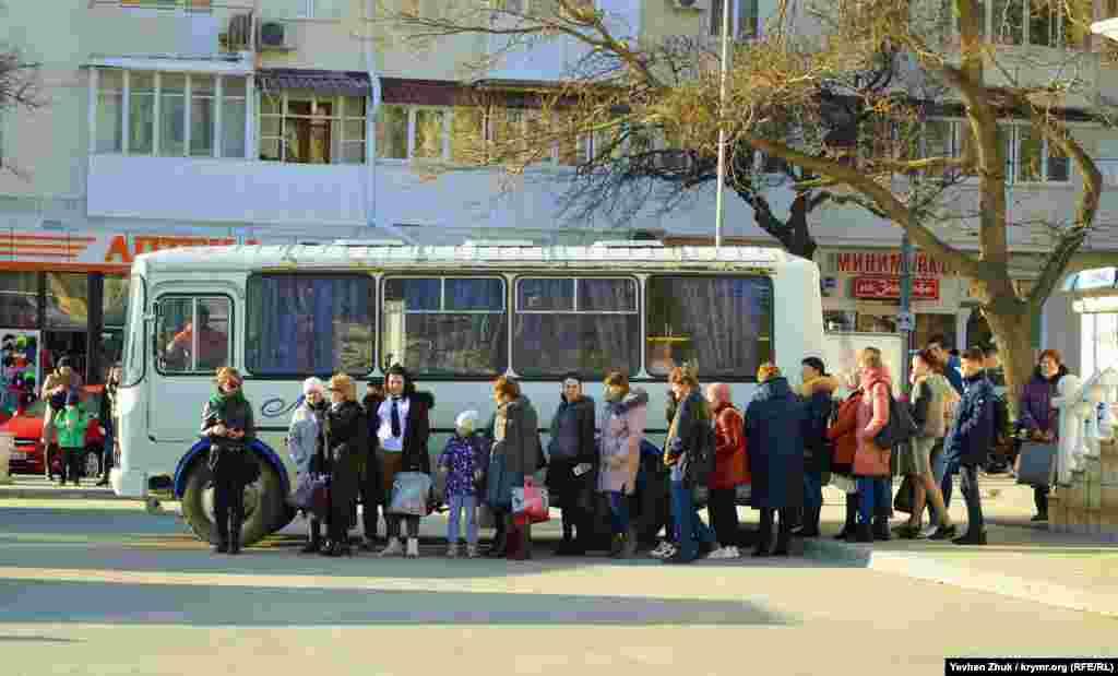 На площі Захарова утворилася черга людей,які чекали на автобус