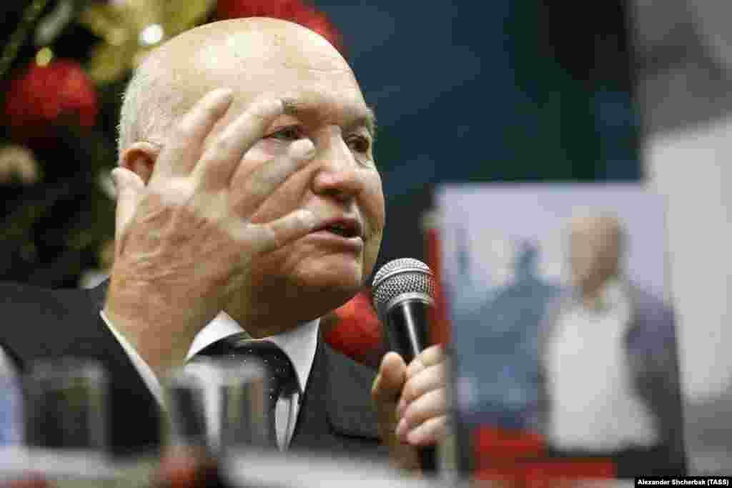Лужков виступає на презентації своєї автобіографії в Москві 27 листопада 2017 року