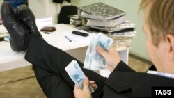 Russia -- bribe; graft; palm-oil; hush-money, official; functionary; bureaucrat counting money in his office, 24Sep2007