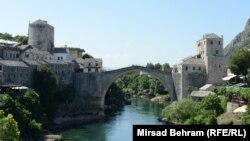 """""""Trebalo je ohrabriti studente Mostara, da se povežu, ne da pređu most jer je totada bilo suviše strašno iskustvo za njih"""", riječi su Juliet Millican i urednice knjige."""