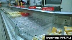 Окрім підвищення вартості продуктів, скоротився асортимент. Фото супермаркету в Сімферополі, 15 січня 2015 року