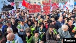 Gjatë protestave të prillit kundër qeverisë krahinore të Vojvodinës, banorët e Novi Sadit ndër të tjera kanë kërkuar vende pune, 12 prill 2013