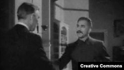 """Сталин приветствует посла США. Кадр из фильма """"Миссия в Москву"""" (1943 год)"""