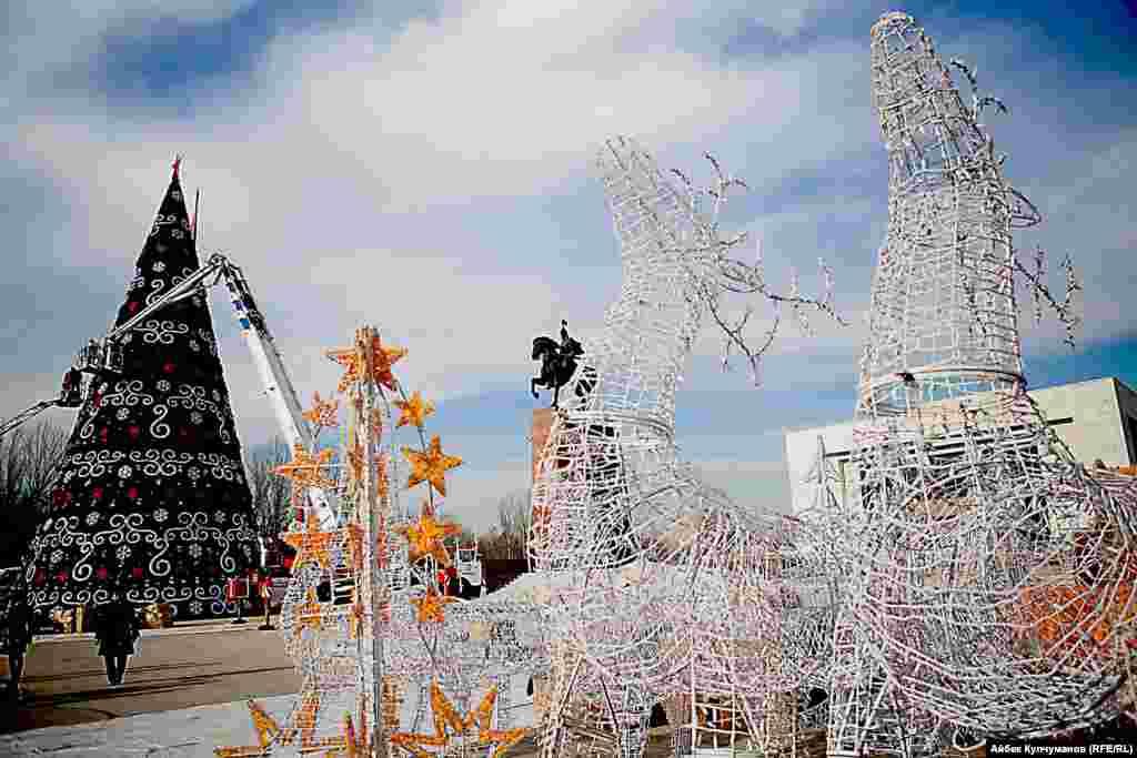 """В 2014 году елку на площади """"Ала-Тоо"""" горожане не оценили и подвергли мэрию резкой критике за безразличие к ее внешнему виду. С тех пор власти города стали проявлять больше креатива при оформлении новогодней елки"""