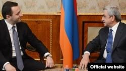Президент Армении Серж Саргсян принимает главу МВД Грузии Ираклия Гарибашвили (слева), Ереван, 1 июля 2013 г. (Фотография - пресс-служба президента Армении)