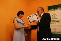 Татар телендә иҗат итүче Сөмбел Гыймалетдинованы бүләкләү