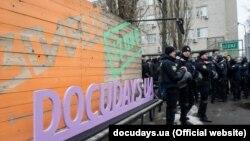 Радикали намагалися зірвати дискусію «Права людини: проблема поширення ультраправих рухів в Україні» в Izone, Київ, 26 березня 2018 року