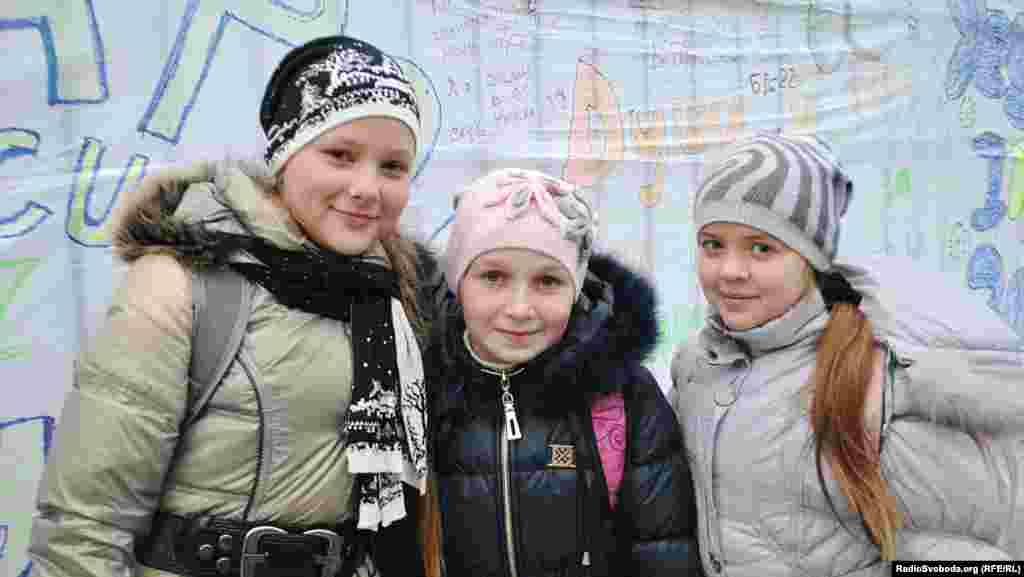 Третьокласниці Катя, Марта, Руслана (зліва направо) прагнуть у Європу, щоб вільно подорожувати