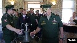 Сергій Шойгу (справа) в Криму, 16 червня 2016 року