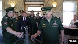 Министр обороны России Сергей Шойгу (справа) посещает санаторий в Крыму, 16 июня 2016 года. Иллюстративное фото.