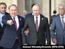 نورسلطان نظربایف (چپ) و ولادیمیر پوتین در حاشیه نشست آکتائو