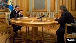 Президент України Петро Порошенко (л) приймає відставку Ігоря Коломойського з посади голови Дніпропетровської облдержадміністрації, березень 2015 року