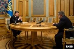 Президент Украины Петр Порошенко (л) и бизнесмен Игорь Коломойский во время встречи в Киеве, 25 марта 2015 года
