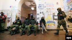 Протестующие покидают здание городской администрации Киева, 16 февраля 2014 года.