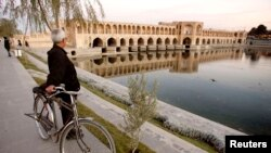 رودخانه زاینده رود در آبان ماه سال ۹۳ و پس از بیش از یک سال خشکسالی ممتد، مجددا زنده شد