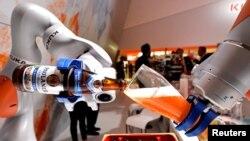 Германиянын Ганновер шаарындагы өнөр-жай жармаңкесине коюлган роботтор жөндөмүн көргөзүүдө. 24-апрель, 2017-жыл.
