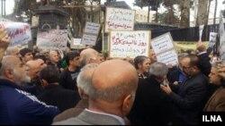 کارگران و بازنشستگان تامین اجتماعی شرکت کننده در تجمع از شورای نگهبان خواستند که «جلوی دستاندازی به اموال کارگران» را بگیرد
