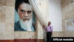 تصویری از آیتالله خمینی در آرامگاه او در جنوب تهران
