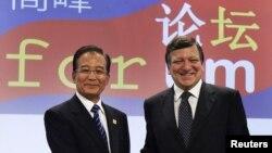 Архивска фотографија: Кинескиот премиер Вен Џиабао и претседателот на Европската комисија Жозе Мануел Баросо во Брисел на 6 октомври 2010 година.