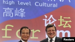 Chinese Prime Minister Wen Jiabao (left) with EC President Jose Manuel Barroso at the opening ceremony of the first EU-China High Level Cultural Forum in Brussels on October 6.