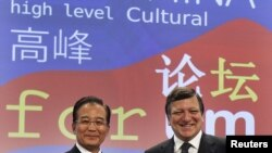 EC President Jose Manuel Barroso (right) with Chinese Prime Minister Wen Jiabao at the EU-China Summit in Brussels