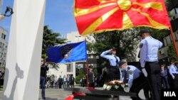 Одбележувањето на 7 мај - Денот на македонската полиција почна со положување цвеќе на спомен-обележјето на загинатите припадници на МВР.