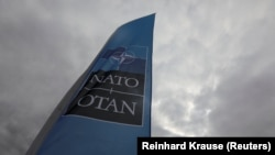 Флаг НАТО в Брюсселе на саммите организации, 10 июля 2018