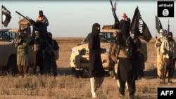 """Ирактың Ниневия провинциясын басып алған """"Ирак және Левант ислам мемлекеті"""" ұйымы сарбаздары. Ирак, 11 маусым 2014 жыл."""