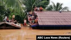 Люди чекають порятунку на даху будинку, Лаос, провінція Аттапи, 24 липня 2018 року