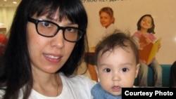 Айдос Садықовтың жұбайы Наталья мен қызы Шарлиз. (Сурет Садықовтардың жеке мұрағатынан алынды).