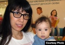 Наталья Садықова мен қызы Шарлиз. Сурет Садықовтардың жеке мұрағатынан алынды.