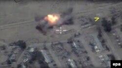 რუსეთის თავდაცვის სამინისტროს მიერ გამოქვეყნებული ფოტო, რომელზეც აღბეჭდილია 2017 წლის მაისის ბოლოს სირიის ქალაქ რაყაზე განხორციელებული საჰაერო დარტყმა.