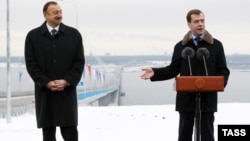 Президенты Ильхам Алиев (слева) и Дмитрий Медведев на пресс-конференции в Ульяновске у открытого моста, 24 ноября 2009 года