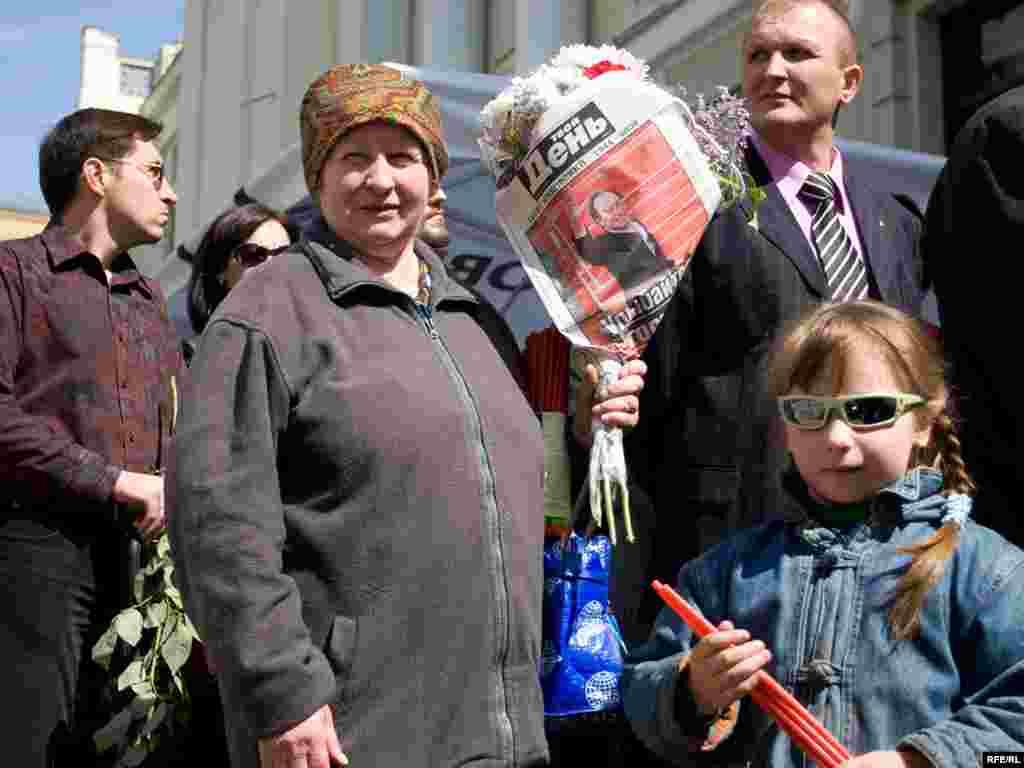 """Тысячи людей пришли в """"Ленком"""" попрощатся с Олегом Янковским"""